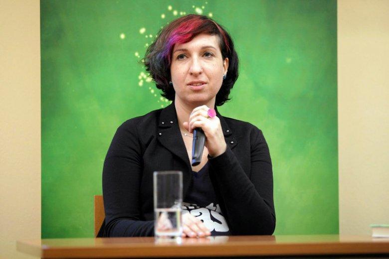 """Sylwia Chutnik, pisarka i aktywistka, ostro krytykuje atak """"Wiadomości"""" na organizacje pozarządowe."""