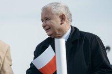 Jarosław Kaczyński wbijał paliki w Mierzeję Wiślaną. To symboliczne rozpoczęcie inwestycji przekopu mierzei, choć nie ma jeszcze pozwolenia na budowę.