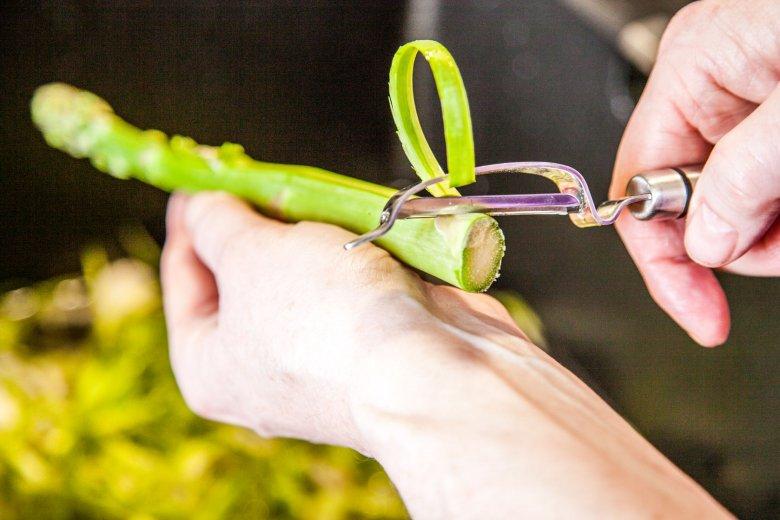 Świeże szparagi poznamy przede wszystkim po  jędrnych i zamkniętych czubkach. Zielone obieramy, ale do połowy.