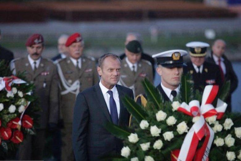 """Tusk na Westerplatte: """"Patrząc na tragedię Ukrainy wiemy, że wrzesień 1939 roku nie może się powtórzyć"""". Zdjęcie z 2013 r."""