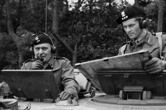 Generał Maczek )z lewej) w wieżyczce czołgu.