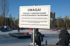 Ta tablica informacyjna z Ursynowa nie pomaga Piotrowi Guziałowi w tworzeniu wizerunku skutecznego i nowoczesnego samorządowca.