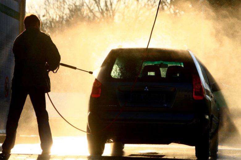 Na myjni bezdotykowej czasem umyjemy auto za pięć złotych, a czasem... nie uda sięto i za dziesięć.