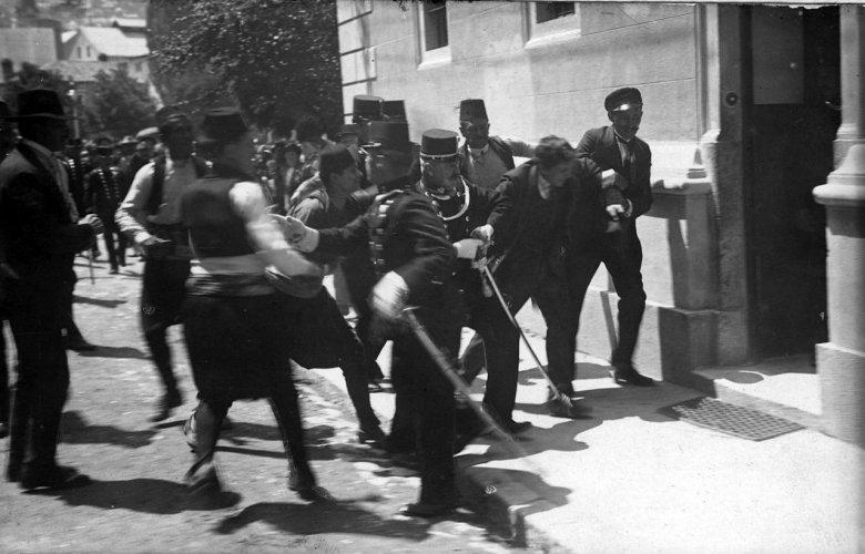 Gavrilo Princip złapany tuż po zamachu w Sarajewie, 28.6.1914