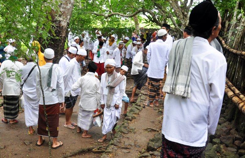 Pobożni muzułamanie podczas pielgrzymki do grobów Wali na Lombok