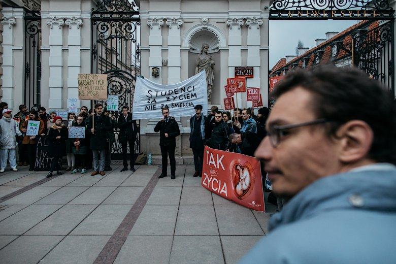 Niezbyt liczna demonstracja zorganizowana przez Akcję Studentów.
