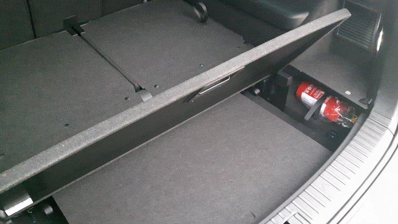 Bagażnik jest olbrzymi, ale jakby komuś zabrakło miejsca na laptopa czy teczkę z dokumentami, to jest pusta przestrzeń pod półką.