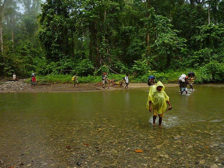 Grupa naszych tragarzy na Halmahera. Archipelag Moluki.