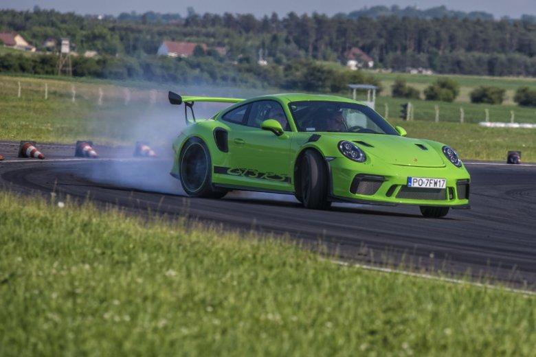 Ten zielony potwór przyspiesza do setki w 3,2s.