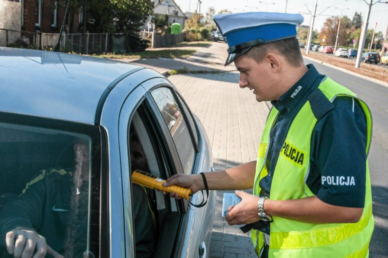 Rutynowa kontrola policyjna. Już niedługo kierowcy będą mogli jeździć bez niektórych dokumentów.