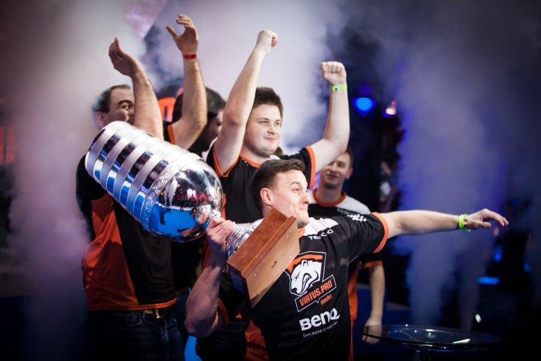 Virtus.pro cieszące się ze zwycięstwa Intel Extreme Masters 2014 w Katowicach.