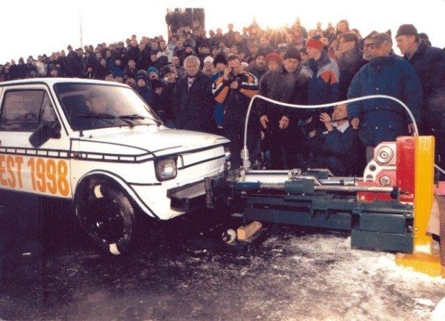 Zdjęcie z prezentacji Zderzaka Łągiewki na stadionie miejskim w Kowarach w 1998 roku