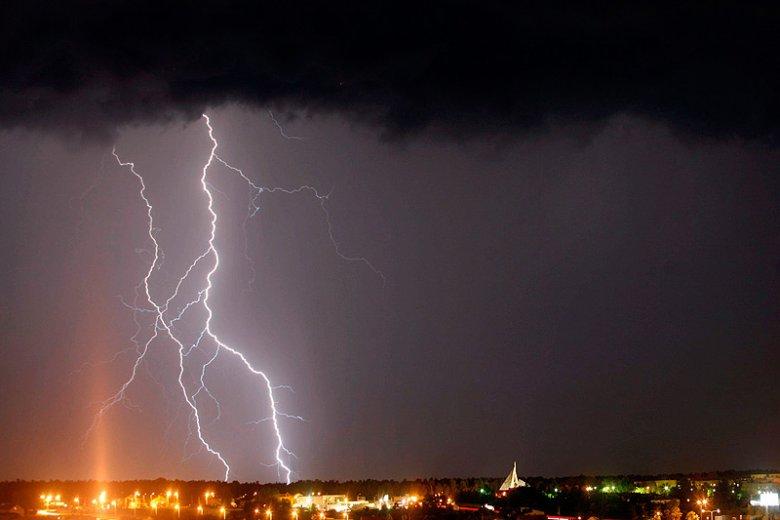 Dzisiejsza noc również może być w Polsce niespokojna. Niebezpieczne zjawiska pogodowa przesuwają się do inne regiony kraju.