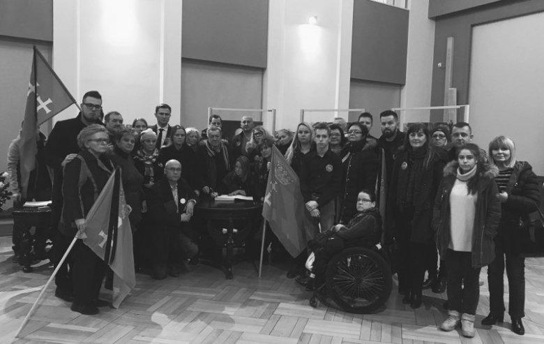 """Członkowie stowarzyszenia """"Wszystko dla Gdańska"""" (w środku szefowa klubu WdG - Beata Dunajewska)"""