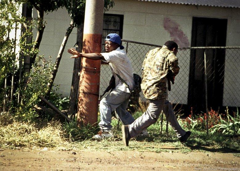 Bojownicy ANC podczas walk z członkami IFP w townshipie Takoza.