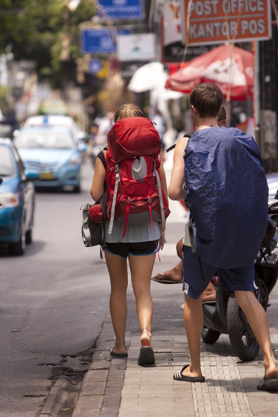Tzw. backpackersi, czyli ludzie podróżujący po danym kraju czy kontynencie z wielkimi plecakami, często ekonomicznie, to rdzeń klienteli w wielu hostelach.
