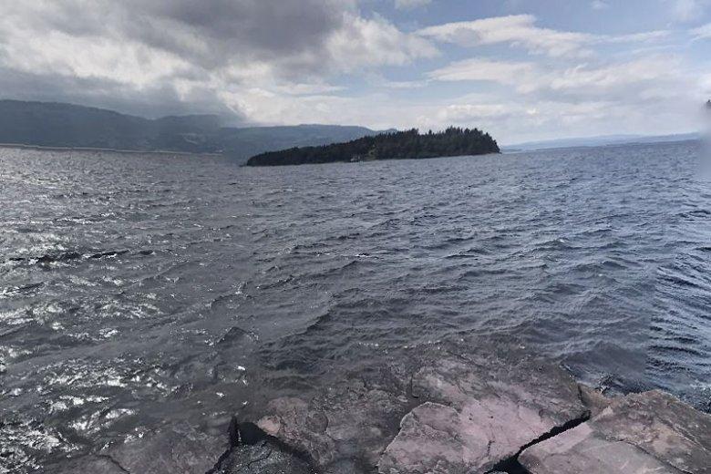Taki widok na Utoyę mieli obozowicze z Utviken. Od uciekających przed Breivikiem dzieliło ich około 700 metrów jeziora.