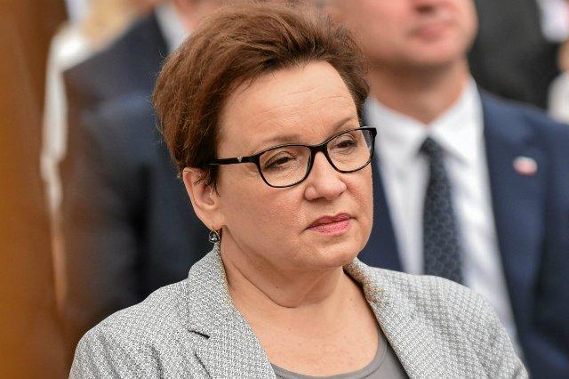Anna Zalewska musi ujawnić nazwiska autorów podstaw programowych, orzekł Wojewódzki Sąd Administracyjny.
