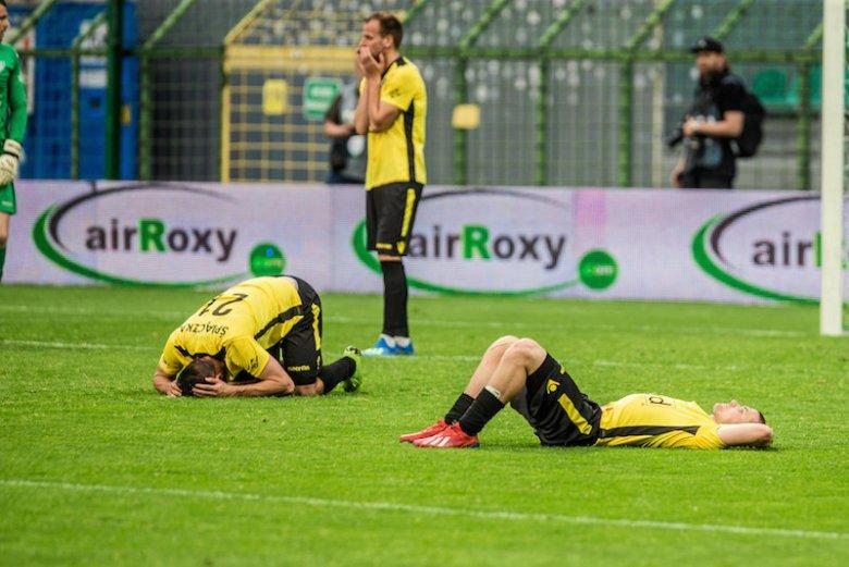 Załamani piłkarze GKS-u Katowice po meczu z Bytovią Bytów.