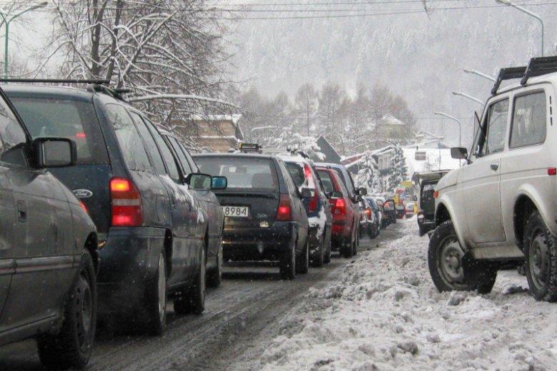 Burmistrz Szczyrku ogłosił stan zagrożenia klęską żywiołową. Korki zimą to jednak tu żadna nowość.