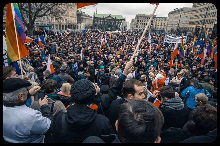 Tęczowe flagi po raz pierwszy w Polsce na demonstracji KOD w Poznaniu