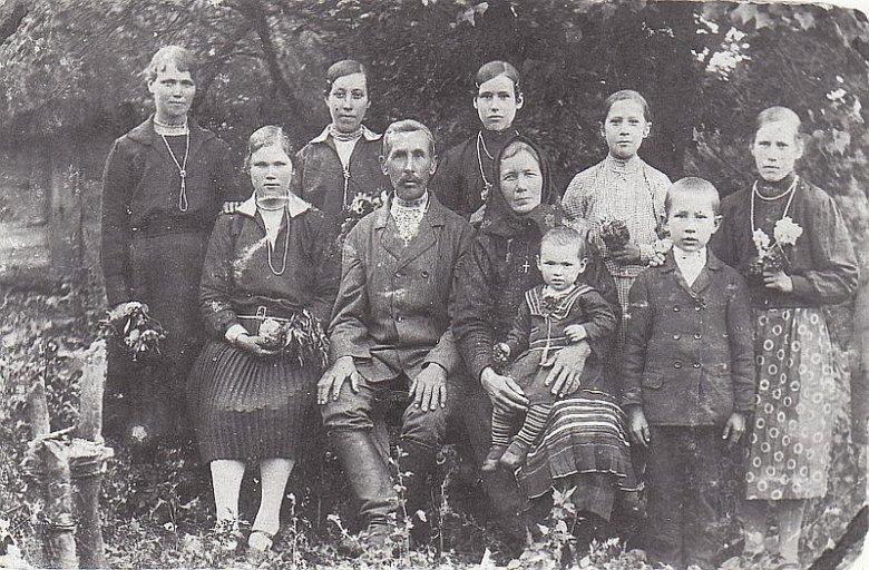 Rodzina Jasionczaków z Woli Ostrowieckiej. Od lewej (siedzą): Helena - zamężna córka, Paweł (ojciec), Józefa (matka) z wnuczkiem Janem; stoją: Franciszka (córka), Anastazja (córka), Stanisław (syn), Marianna. Wszyscy zginęli.