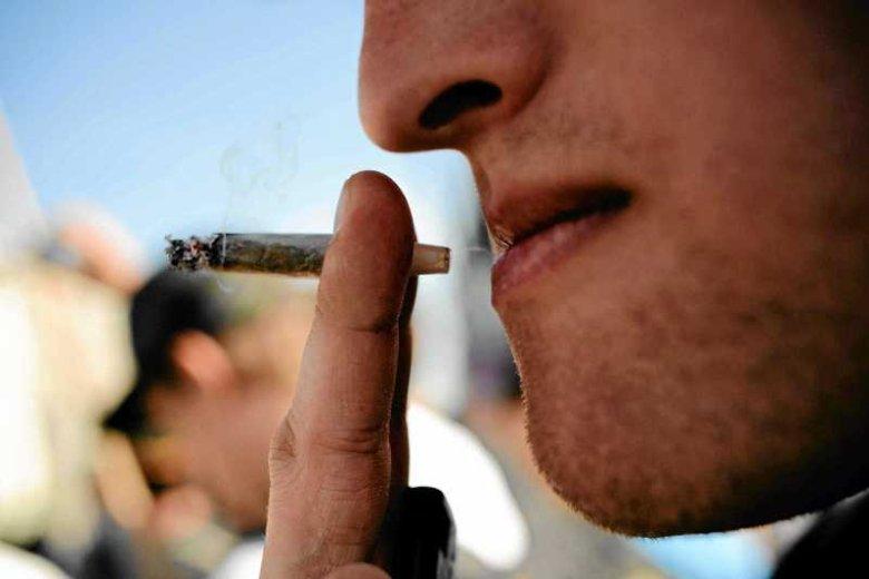 Człowiek palący skręta z marihuany