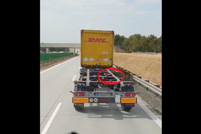 TIR na A4 – z naczepy ciężarówki wystawała ręka pijanej kobiety.