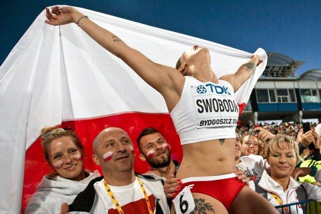 Tak z sukcesu cieszyć się potrafi tylko Ewa Swoboda. Radość, zgodnie twierdza jej znajomi z Żor, to główna cecha Ewy. Jest też  niezwykle rodzina. Na zdjęciu (z lewej) jej  rodzice. Natomiast z prawej trenerka, to trzecia z kobiet, najważniejszych w jej ż