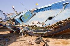 Na takich przepełnionych łodziach uciekinierzy z Libii próbują przedostać się do Włoch.