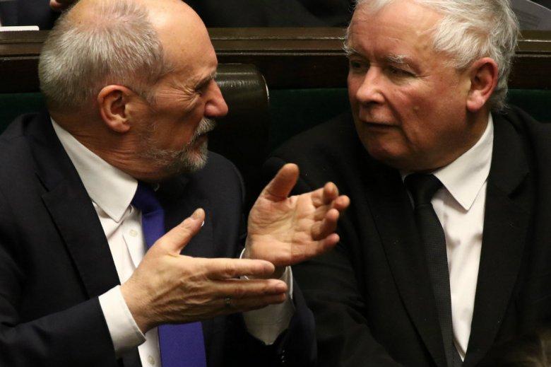 """Antoni Macierewicz ma mobilizować najtwardszy elektorat PiS w kampanii wyborczej. Takie zdanie zlecił mu według """"Wprost"""" Jarosław Kaczyński."""
