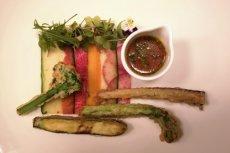 Warzywna tempura z kartką surowych warzyw w słodko kwaśnej marynacie i pesto z wasabi w restauracji Mood