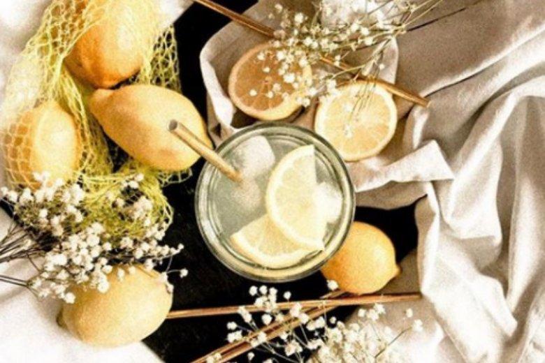 Efekty picia wody z cytryną widać po miesiącu lub dwóch miesiącach