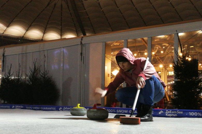 Podkładka pod podeszwę ułatwia wykonanie ślizgu, za to szczotka pomaga graczowi zachować równowagę.