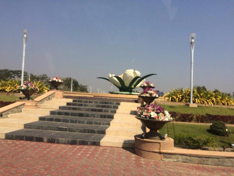 Jedno z wielu mijanych przez nas rond. Po środku okazała rzeźba kwiatu lotosu.