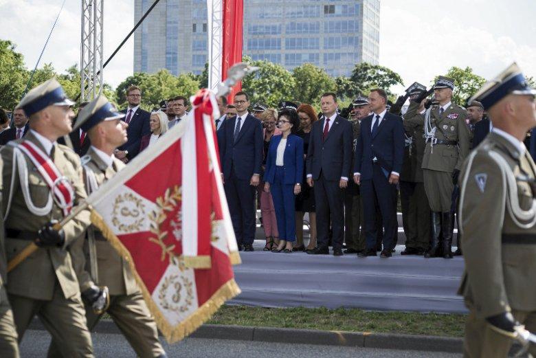 Podczas przemówień z okazji Święta Wojska Polskiego zabrakło konkretów dotyczących zmian w wojsku.