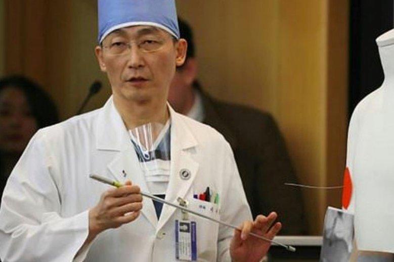 Lekarz Lee Cook-Jong wraz z zespołem przez 6 godzin walczył o życie 24-letniego uciekiniera z Korei Północnej. Żołnierz został postrzelony przez swoich kolegów pięć razy.