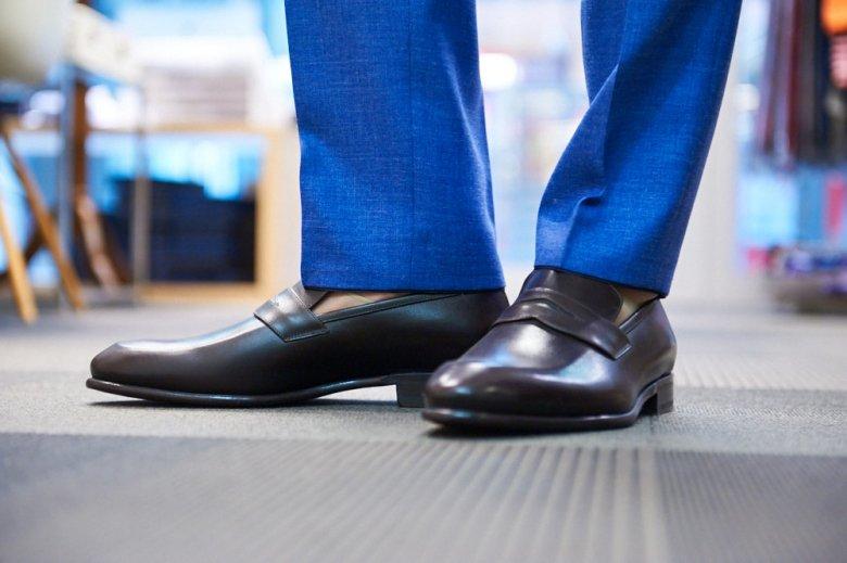 W przypadku mniej oficjalnego garnituru nogawka może być ciut krótsza.