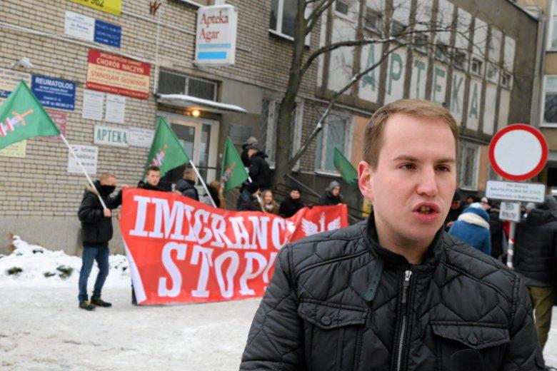 """Poseł Adam Andruszkiewicz tworzy nowe struktury: """"Drużyny A"""". Zdjęcie pochodzi z 2016 r. z antyimigranckiej demonstracji w Białymstoku."""