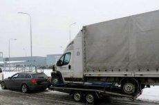 Czeska policja zatrzymała polskiego kierowcę, który holował duże auto dostawcze na małej przyczepce