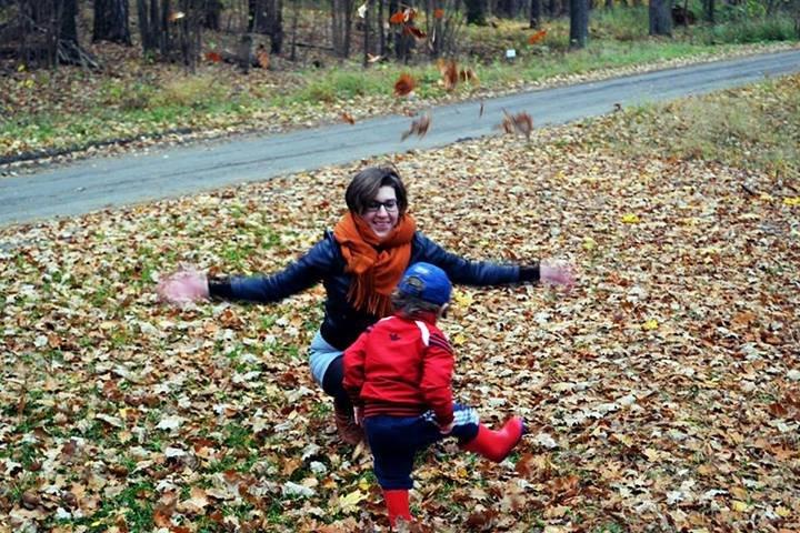 Joanna Jaskółka z dzieckiem w rodzinnej miejscowości