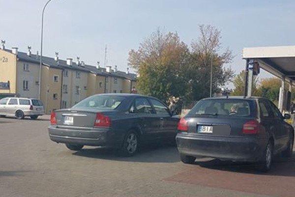 """""""Nie ma to jak Hajnówka zaparkuje"""", """"Mistrz z Grajewa na ul. Chrobrego"""" – takie komentarze pojawiają się na białostockim profilu """"Mistrzów Parkowania"""", gdy na złym parkowaniu przyłapany zostanie przyjezdny."""