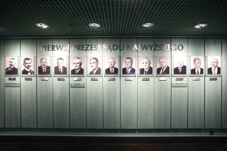 Z okazji 100-lecia Sądu Najwyższego w gmachu SN zawisły portrety wszystkich byłych Pierwszych Prezesów od czasów II RP, przez PRL, po współczesność.
