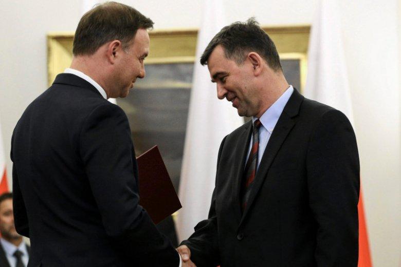 Rok 2015, prof. Przyłębski odbiera z rąk prezydenta Dudy nominację do Narodowej Rady Rozwoju.