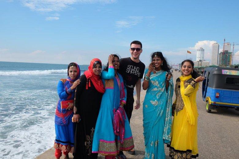 Lankijczycy są cudowni i bezinteresowni. Kobiety na wsiach częstują mango, papają, kokosem i nie chcą za to żadnych pieniędzy. W wielu miejscach mówią świetnie po angielsku. A lankijskie dziewczęta są piękne.