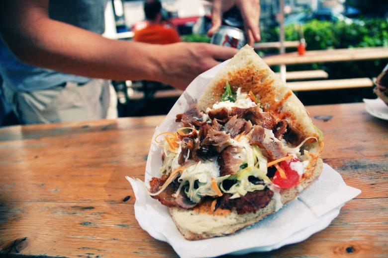 To akurat wersja kebaba, której nie polecamy. Gruba buła i  kaloryczne sosy...