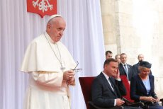 Wizyta papieża Franciszka pełna była błędów protokolarnych.