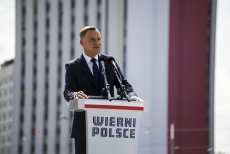 Andrzej Duda podczas wystąpienia w Katowicach wspomniał o plotkach o obniżeniu emerytur żołnierzy. Dziennikarka wojskowa skomentowała, że po raz pierwszy słyszy o tym z ust prezydenta.