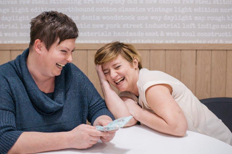 Śmiech i łzy, nieodzowny element przyjaźni.