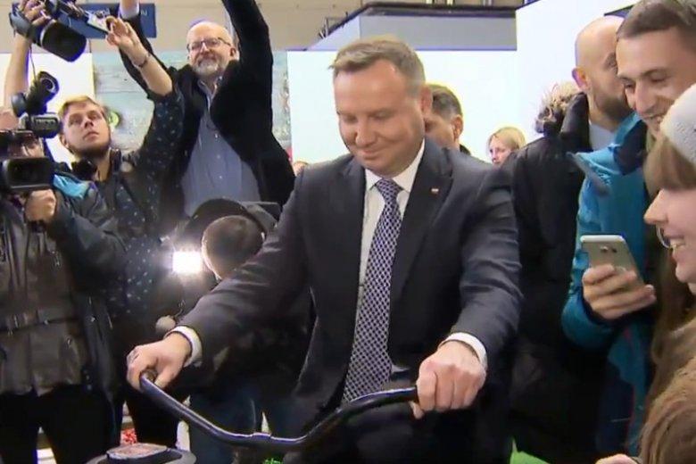 Prezydent musiał pedałować na rowerze, żeby wykręcić sok z owoców.